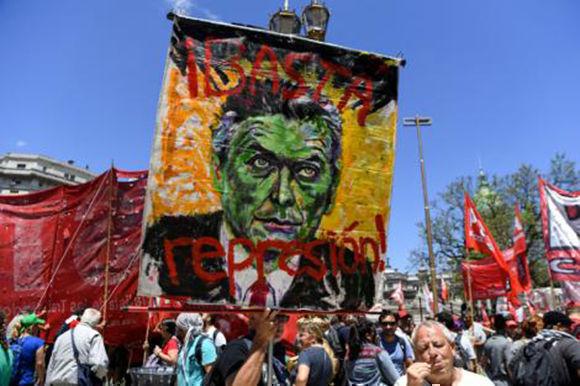 Quienes marcharon apuntaron a Macri por la represión. Foto: AFP.