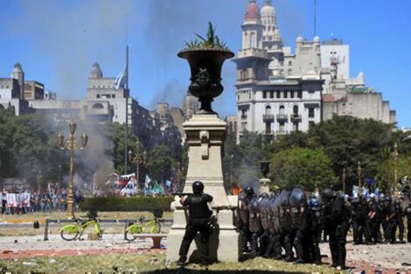 Los policías apuntan hacia quienes protestaban frente al Congreso. Foto: AFP.