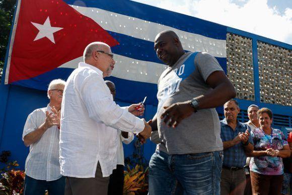 Antonio Becali, presidente del INDER, junto a Pedro Luis Lazo, lanzador pinareño y actual manager de los Vegueros, durante la entrega de autos Geely a destacados atletas cubanos.  Foto: Calixto N. Llanes/Periódico JIT (Cuba)