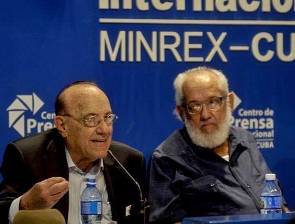 Max Lesnik (I), director de Radio Miami y directivo de la Alianza Martiana, participa en la conferencia de prensa de la Brigada Antonio Maceo, junto a miembros de diversas asociaciones de Amigos de Cuba en los Estados Unidos. Foto: ACN.