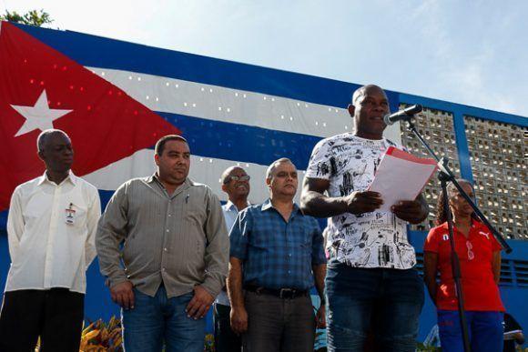 Entrega de autos a atletas, entrenadores y glorias deportivas en el parqueo del Coliseo de la Ciudad Deportiva el jueves 7 de diciembre de 2017, en La Habana, Cuba. Foto: Calixto N. Llanes/Periódico JIT (Cuba)