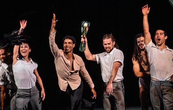 Carlos Acosta (CI), junto a su compañía Acosta Danza, durante la Gala por el  aniversario 45 del establecimiento de las relaciones de Cuba-CARICOM, en el Teatro Martí, en La Habana, el 6 de diciembre de 2017. ACN FOTO/Marcelino VAZQUEZ HERNANDEZ