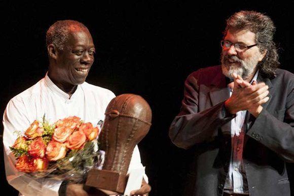 El titular cubano de la esfera declaró que este premio salda una deuda que se tenía con Eduardo Roca y con el que sus amigos de todas latitudes celebran, pues 'todos nos sentimos también premiados y agasajados'.