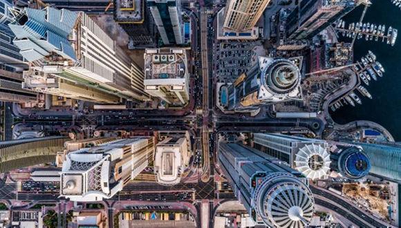 """Las ciudades se ven completamente distintas a vista de pájaro. Esta foto fue sacada durante el atardecer en un lugar, en el que hace unos años lo único que había era desierto. Jungla de hormigón"""" de bachirm."""