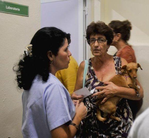 Pobladores asisten con sus mascotas, en busca de atención médica, a la recién reinaugurada Clínica Veterinaria José Luís Callejas Ochoa, conocida popularmente como Carlos III, en La Habana, Cuba, el 27 de diciembre de 2017. ACN FOTO/Oriol de la Cruz ATENCIO/sdl