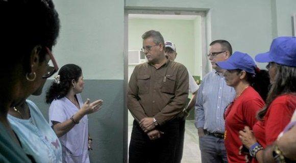 Gustavo Rodríguez Rollero (C), ministro cubano de la Agricultura, en un recorrido por la reinagurada Clínica Veterinaria José Luís Callejas Ochoa, conocida popularmente como Carlos III, en La Habana, Cuba, el 27 de diciembre de 2017. ACN FOTO/Oriol de la Cruz ATENCIO/sdl