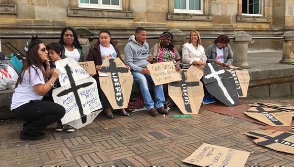 Líderes sociales, entre ellos de los departamentos de Antioquia y Chocó (noreste), con una cruz negra en carteles recuerdan a las víctimas asesinadas en sus respectivas regiones. Foto:TeleSUR