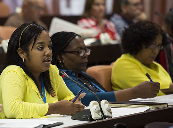 Parlamentarios cubanos debatieron sobre la necesidad de asumir los retos del desarrollo sostenible. Foto: Irene Pérez/Cubadebate.