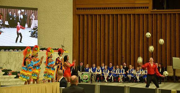 Los artistas circenses de la Compañía Habana estremecieron la Sala de Audiencias Nervi, en el Vaticano. Foto: Ministerio de Cultura de Cuba.