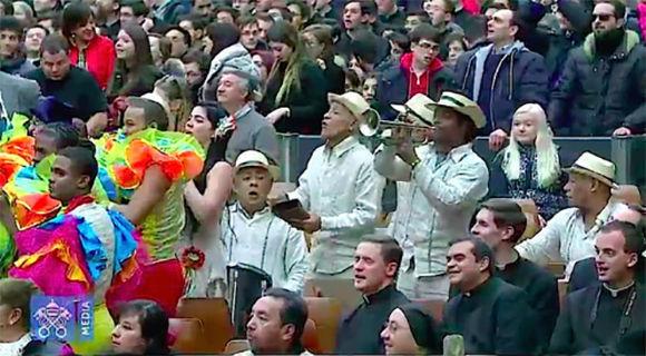 Malabaristas, bailarines, y equilibristas impactaron a los presentes en la audiencia general de esta mañana. Foto: L'Osservatore Romano.