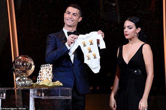Cristiano dedicó el Balón de Oro a su hija recién nacida en compañía de su novia, Georgina Rodríguez. Foto: Press Sport.