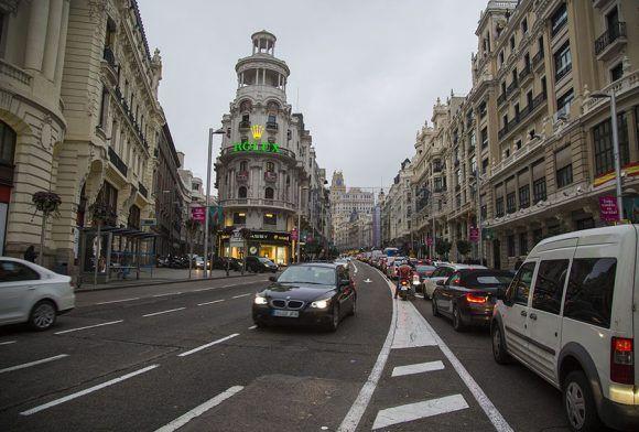 La Gran Vía es una de las principales calles de Madrid, importante hito en la ciudad desde su construcción a principios de siglo XX visto desde el punto de vista comercial, turístico y de ocio. Foto: Jennifer Romero/ Cubadebate.