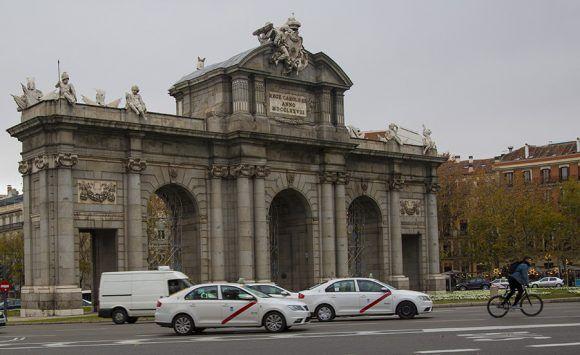 La Puerta de Alcalá es una de las cinco antiguas puertas reales que daban acceso a la ciudad de Madrid. Se encuentra situada en el centro de la rotonda de la Plaza de la Independencia. Foto: Jennifer Romero/ Cubadebate.