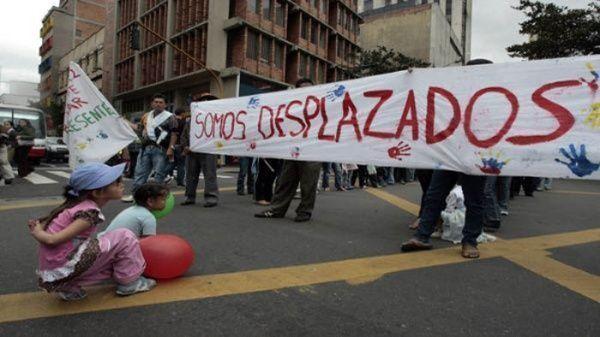 Las familias desplazadas presentan restricciones para movilizarse en la zona colombiana, debido a la presencia de grupos armados que la semana pasada se enfrentaron y dejaron al menos seis fallecidos. Foto: EFE