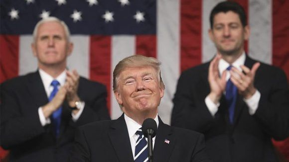 Donald Trump aplaudido por  Mike Pence y Paul Ryan. Foto: AFP.