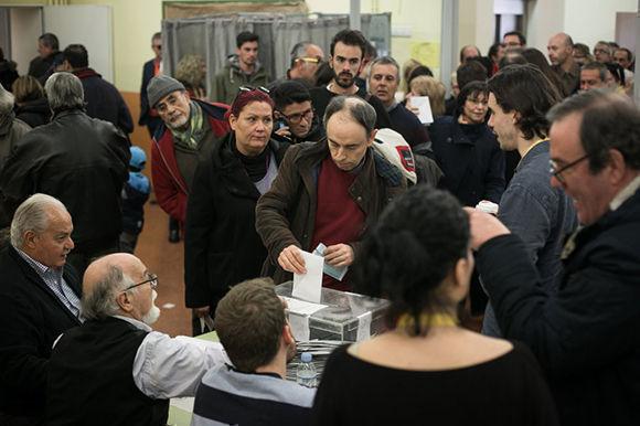 Ciudadanos votan en el colegio electoral Cavall Bernat del barrio de la Bordeta (Barcelona). Foto: Albert García/El País