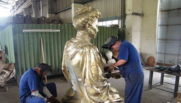 Los artistas durante el trabajo en la escultura. Foto: Horizontes