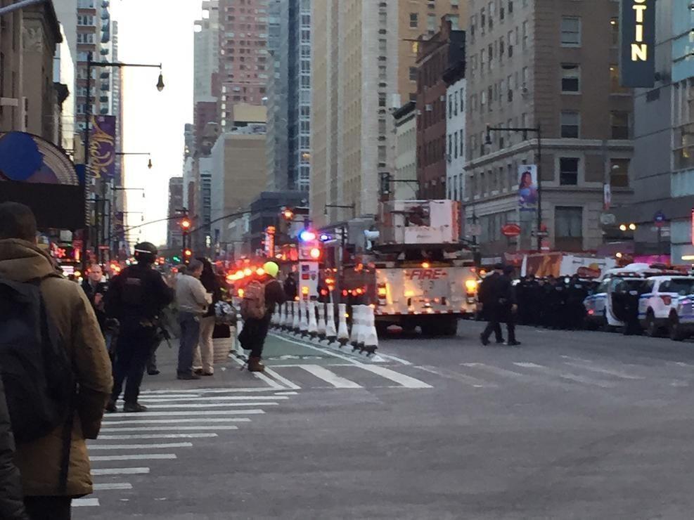 La policía bloquea el área alrededor de la Terminal de Autobuses de la Autoridad Portuaria luego de los informes de una explosión ocurrida el 11 de diciembre de 2017 en Nueva York. Foto: NBC.