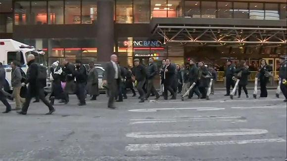 Los peatones y los pasajeros se alejan de la terminal de autobuses de la Autoridad Portuaria después de los informes de una explosión cerca del centro de tránsito el 11 de diciembre de 2017. Foto: NBC.