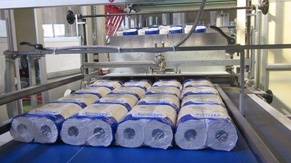 La Empresa Mixta de Productos Sanitarios estrena una nueva maquinaria. Foto: Hugo García/ Juventud Rebelde.