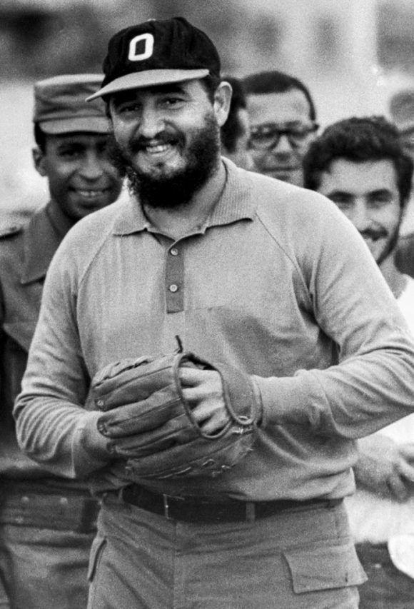 """""""Jugando pelota en el Instituto Cuqui Bosh, Santiago de Cuba"""" ( 1964). Foto: Liborio Noval."""