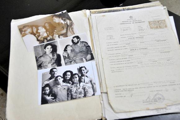 Fotos y documentos de los excombatiente del Ejército Rebelde, Luis Jesús Pérez Martínez, capitán y Juana Bautista de la Concepción Ramírez Figueredo (Conchita), casados en boda rebelde oficiada por el Dr. Fidel Castro, Comandante en Jefe del Ejército Rebelde en la Sierra Maestra, el 26 de septiembre de 1958. Foto tomada en La Habana, Cuba, el 30 de noviembre de 2017. ACN FOTO/Madelin RAMÍREZ PÉREZ