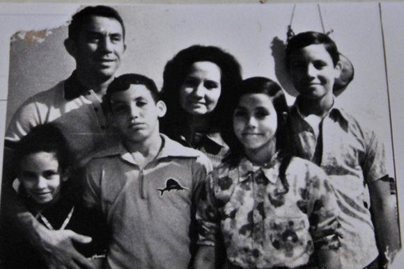 Foto de los excombatiente del Ejército Rebelde, con sus cuatro hijos, Luis Jesús Pérez Martínez, capitán y Juana Bautista de la Concepción Ramírez Figueredo (Conchita), casados en boda rebelde oficiada por el Dr. Fidel Castro, Comandante en Jefe del Ejército Rebelde en la Sierra Maestra, el 26 de septiembre de 1958. Foto tomada en La Habana, Cuba, el 30 de noviembre de 2017. ACN FOTO/Madelin RAMÍREZ PÉREZ