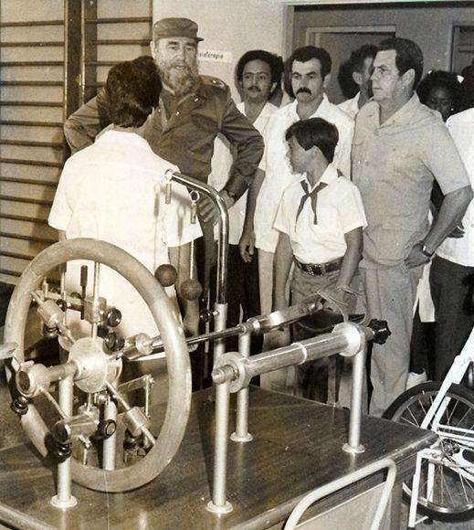 Fidel en el Policlinico Elpidio Berovides donde se interesa por las caracteristicas del equipamiento para rehabilitacion. Foto:Pedro Beruvides (29/4/1988) Fid16543