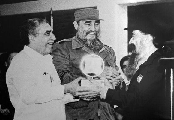 El Comandante en Jefe Fidel Castro Ruz junto a Gabriel García Márquez (I) y Fernando Birri (D) en la inauguración de la Escuela Internacional de Cine y Televisión San Antonio de los Baños, el 15 de diciembre de 1986. Foto: Adalberto Roque /AFP