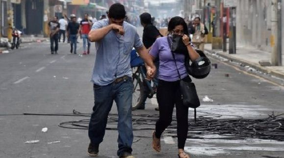 Hondureños siguen en las calles pese a toque de queda. Foto: Reuters.