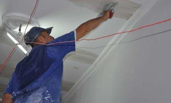 Trabajadores ultiman detalles constructivos del hotel San Carlos de Cienfuegos. Foto: Efraín Cedeño/ 5 de septiembre.