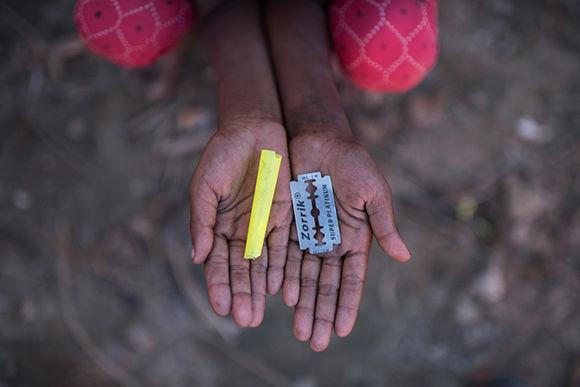 La niña inmigrante rohingya Halima Khatun, de 6 años, que llegó a Bangladesh en octubre, tiene un silbato y una cuchilla de afeitar que usa como juguetes en el campo de refugiados de Shamlapur en Cox's Bazar. Foto: Ed Jones/ AFP/ Getty Images.