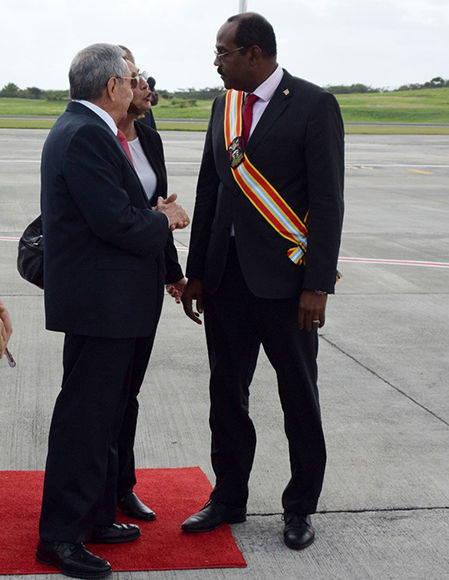 Raúl fue recibido en el aeropuerto internacional Saint John's por el primer ministro de Antigua y Barbuda, Gaston Browne. Foto: @CubaMINREX