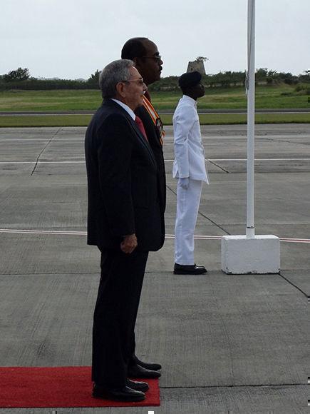 Ceremonia de recibimiento al General de Ejército Raúl Castro Ruz, en el Aeropuerto Internacional V.C. Bird de Antigua y Barbuda. Foto: @CubaMINREX
