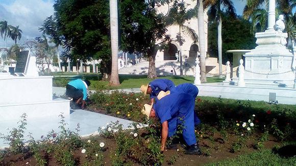 Cada espacio del Sendero de la Patria, en el cementerio de Santiago de Cuba, se atiende con esmero. Foto: Betty Beatón Ruíz/ Trabajadores.