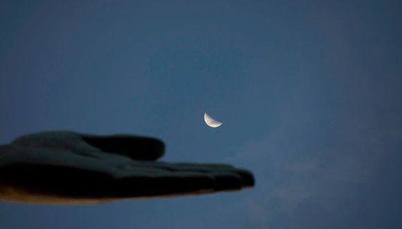 Un consejo para captar una buena foto de la superluna con el teléfono es colocar algo pequeño en primer plano. Foto: AFP
