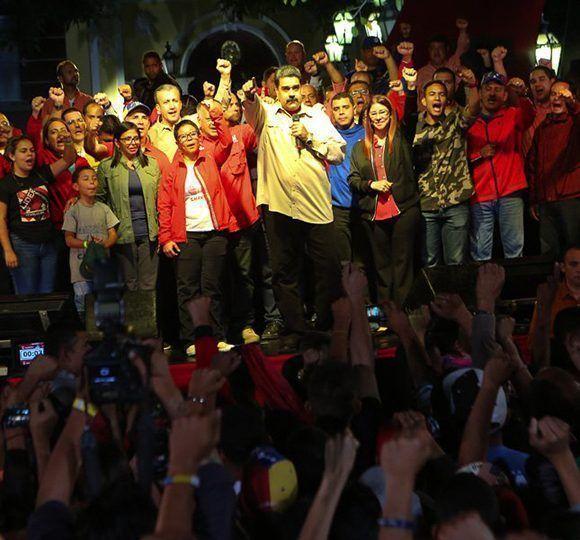 """Maduro: """"Le quiero dedicar estas últimas 3 victorias electorales al Comandante Eterno, Hugo Chávez Frías, si no hubiese sido por el no estaríamos aquí triunfando"""". Foto: @CancilleríaVE/ Twitter."""