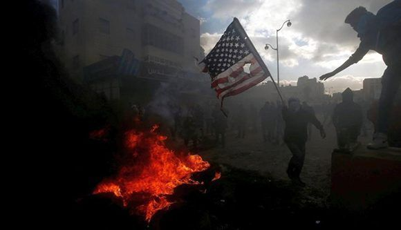 Quema de la bandera de Estados Unidos en la ciudad de Ramalá. Foto:Reuters.
