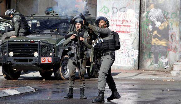 En Belén, los soldados lanzan cañones hidrantes y gases lacrimógenos. (Foto:Reuters)