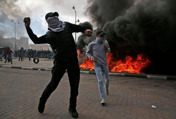 Manifestantes palestinos se enfrentaron a tropas israelíes, durante protestas contra la decisión de Donald Trump de reconocer a Jerusalén como la capital de Israel, hoy en Ramallah. Foto: AFP.