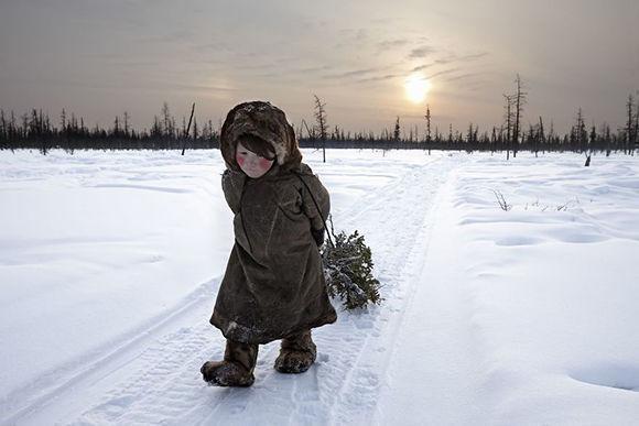 """Alessandra Meniconzi ha sido la vencedora en la categoría de """"Viajes"""" con """"At World's End"""", donde aparece una Olya, de 6 años y """"nenet"""" los últimos nómadas de Rusia que viven en Siberia, donde se alcanzan temperaturas de hasta -50ºC."""