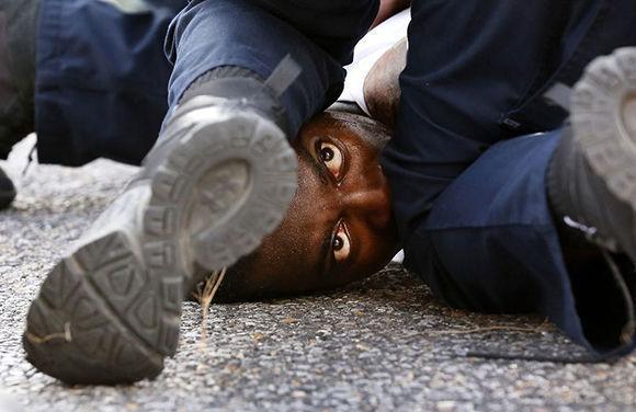 """El fotógrafo Jonathan Bachman ha sido el ganador de la categoría """"Color general"""" (General Color) con su fotografía """"Ojos del manifestante"""", tomada en una protesta en Baton Rouge, Louisiana, el 9 de julio de 2016 por la muerte de Alton Sterlling, un hombre negro que fue disparado por dos policías blancos."""