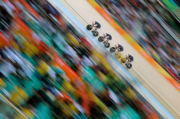 """Tim Clayton ha sido en vencedor en la categoría de """"Deportes"""" con """"Great Britain Team"""", tomada en el velódromo de Río de Janeiro durante la Carrera masculina de persecución."""