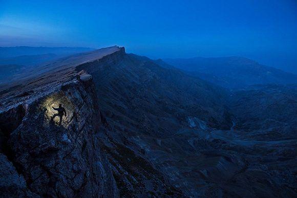 El escritor Mark Synnott escala un acantilado en la variedad Boysuntov de Uzbekistán. Foto: Robbie Shone/ National Geographic