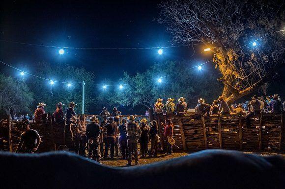 En Coahuila, México, cientos de personas se reunieron el otoño pasado para la cabalgata, un festivo desfile de vaqueros que dura de dos a tres días, se detiene en varios ranchos en el área y termina con un rodeo nocturno. Foto: Kirsten Luce/ National Geographic