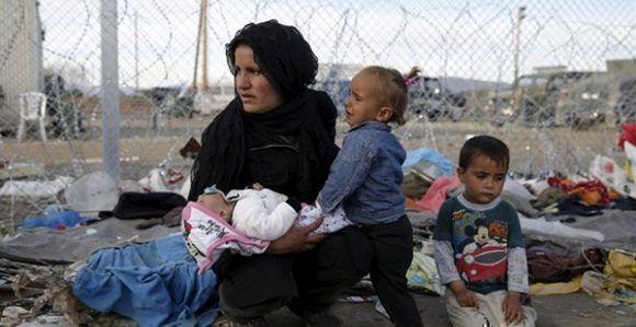 Mujer refugiada con sus hijos en Idomeni. /REUTERS.