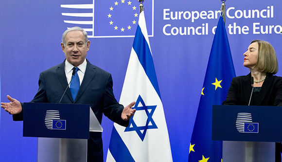 El primer ministro israelí, Benjamin Netanyuahu (izq.) y la jefa de la diplomacia europea, Federica Mogherini (der.) este lunes en Bruselas. Foto: AP.