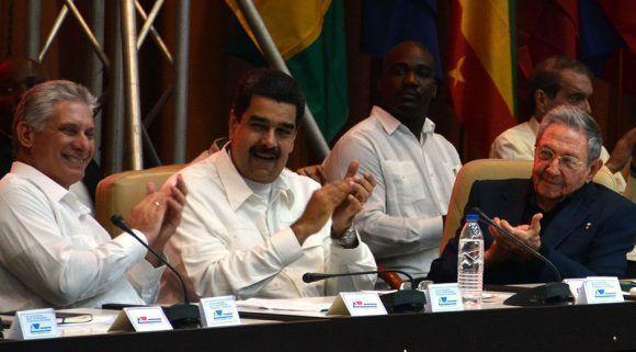 Presidida por el General de Ejército Raúl Castro Ruz (D), Primer Secretario del Comité Central del Partido de Cuba y Presidente de los Consejos de Estado y de Ministros, y el jefe de Estado venezolano, Nicolás Maduro (C), se efectúa la ceremonia en saludo al aniversario 13 de la Alianza Bolivariana para los Pueblos de Nuestra América-Tratado de Comercio de los Pueblos, en el Palacio de Convenciones de La Habana, Cuba, el 14 de diciembre de 2017.  ACN FOTO/Marcelino VÁZQUEZ HERNÁNDEZ/ogm
