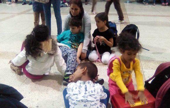"""Las autoridades migratorias detuvieron a 130 niños venezolanos que se dirigían al Aeropuerto Internacional """"Jorge Chávez"""" de Lima, hecho que recordó la funesta estrategia """"Peter Pan"""" aplicada en Cuba. Foto: @Beadrián/ Twitter."""