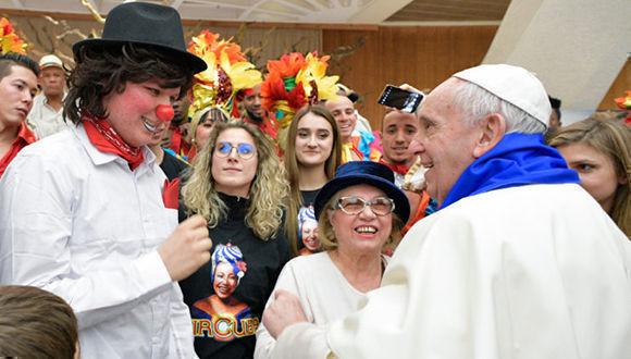 El Papa Francisco saluda a los artistas del circo de Cuba. Foto: L'Osservatore Romano.